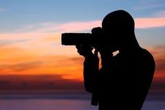 Fotograf som utomhus tar bilder Arkivfoton