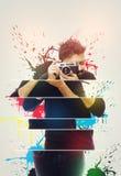 fotograf Stäng sig upp ståenden av den hållande tappningkameran för grabben Arkivfoto