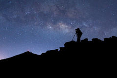 Fotograf, stjärnor och Vintergatan fotografering för bildbyråer