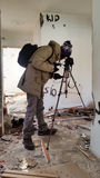 Fotograf strzelanina w rujnującym zaniechanym mieszkaniu Fotografia Royalty Free