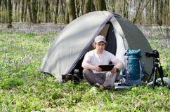 Fotograf używa pastylkę outdoors Zdjęcia Royalty Free