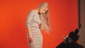 Fotograf und blondes Modell im Studio - arbeiten Sie Backstage um Lizenzfreies Stockbild