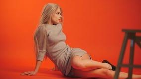 Fotograf und blondes Modell im Studio - arbeiten Sie Backstage um Stockbild