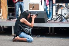 Fotograf under demonstrationen för fred arkivbild