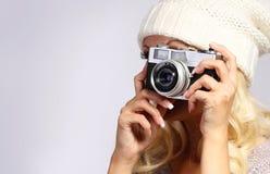 Fotograf. Unerkennbare blonde junge Frau, die Foto macht Lizenzfreies Stockbild
