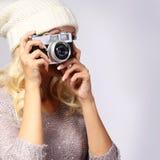 Fotograf. Unerkennbare Frau, die Foto mit Filmkamera macht Stockbild