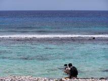 Fotograf vid havet arkivfoton