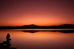 Fotograf während eines Sonnenuntergangs Lizenzfreies Stockbild