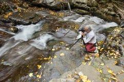 Fotograf am Wasserfall Lizenzfreie Stockbilder