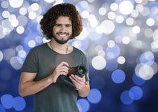 fotograf z kamerą na rękach Bokeh błękitny i Biały Tło obrazy royalty free