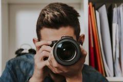 Fotograf z kamery ` s obrazy stock