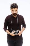 fotograf Zamyka w górę portreta faceta mienia rocznika kamera obrazy stock