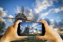 Fotografía del teléfono de la puesta del sol del molino de viento Fotos de archivo libres de regalías