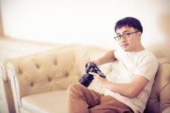 Fotografa i wideo producenta mężczyzna trzyma DSLR kamerę na jego ręce robić materiałowi filmowemu Zdjęcie Stock