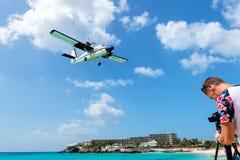 Fotografa mężczyzna i lądowanie samolot Obrazy Royalty Free