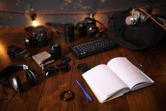 Fotografa ` s biurko, cyfrowej kamery akcesoria zdjęcia royalty free