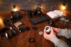 Fotografa ` s biurko, cyfrowej kamery akcesoria obraz stock