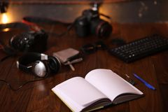 Fotografa ` s biurko, cyfrowej kamery akcesoria fotografia royalty free