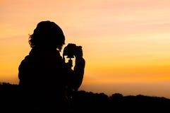 Fotografa sylwetka, czekanie dla wschodu słońca/ Obrazy Stock