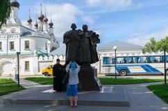 Fotografían a los peregrinos en el monumento de los santos Peter y Fevron Imagen de archivo