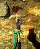 Fotografando a água que pulveriza da torneira Imagens de Stock Royalty Free