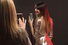 Fotografando o cantor da mulher Imagem de Stock Royalty Free