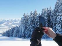 Fotografando o smartphone da paisagem do inverno Foto de Stock