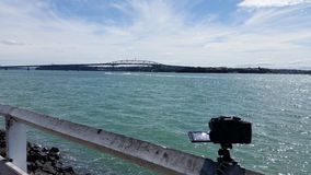 Fotografando a ponte do porto de Auckland fotografia de stock