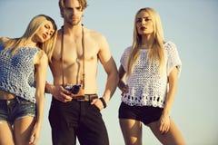 fotografar Férias de verão homem ou fotógrafo que levantam com mulheres adoráveis foto de stock
