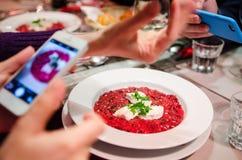 Fotografare alimento al ristorante fotografia stock libera da diritti