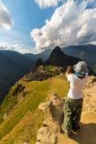 Fotografare Machu Picchu con lo smartphone Immagini Stock Libere da Diritti