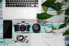 Fotografausrüstung gesammelt auf Weinlesetabelle Lizenzfreie Stockbilder