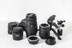 Fotografausrüstung: Linsen, Stative, Adapter, Makroringe, Makroschienen auf einem weißen Hintergrund Lizenzfreies Stockbild