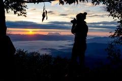 FotografCamera Shooting Silhouette utomhus begrepp Royaltyfria Bilder