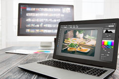 Fotografcomputer mit Foto redigieren Programme lizenzfreies stockbild
