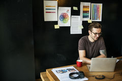FotografEditing Home Office för man upptaget begrepp arkivfoton