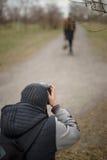 Fotografen arbeiten mit einem Modell auf der Straße Stockfotografie