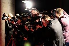 Fotografen, die Fotos auf rotem Teppich machen Stockfotografie