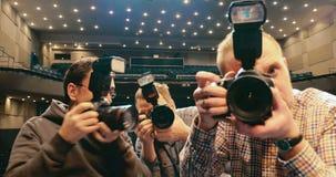 Fotografen die het beste schot proberen te maken stock footage