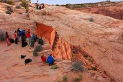 Fotografen en toeristen die op zonsopgang letten in Mesa Arch, Canyo Royalty-vrije Stock Foto's