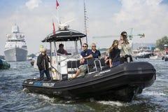 Fotografen i ett litet fartyg seglar bredvid clipperen Stad Amsterdam Fotografering för Bildbyråer