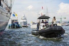 Fotografen i ett litet fartyg seglar bredvid clipperen Stad Amsterdam Royaltyfri Foto