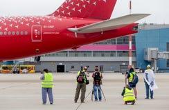 Fotografen machen photoes von Boeing 777-300 von Rossiya-Fluglinien auf Flugplatz Flache Aufdeckung, Hobby, Luftfahrt stockfotos
