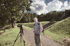 Fotografen med kameran i sommarträdgården en retro effekt Arkivbild