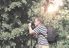 Fotografen med kameran i sommarträdgården, en retro effekt Arkivbilder