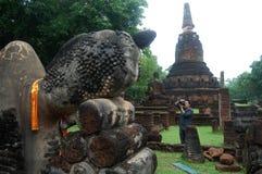 Fotografen på Kamphaeng historiska Phet parkerar munkhättor Royaltyfria Foton
