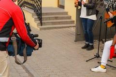 Fotografen skjuter musiker royaltyfri bild