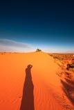 Den röda sanddynen med skvalpar och slösar skyen Royaltyfri Fotografi