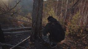 Fotografen tar bilder av landskapet från bergen och floden på solnedgången en man står på en kulle och stock video