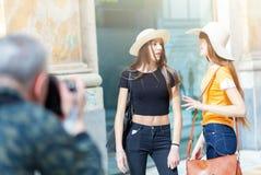 Fotografen tar fotografier av två modeller royaltyfri fotografi